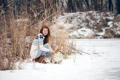 Fluffig valpstående för flicka och för corgi Royaltyfri Fotografi