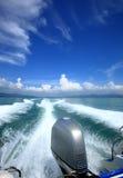 Fluffiga moln över havet och vågorna av skeppet Royaltyfria Bilder