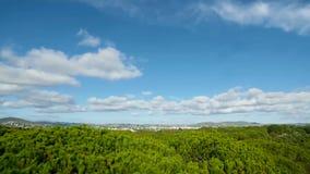 Fluffiga moln i en blå himmel stock video