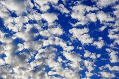 Fluffiga moln i himlen arkivfoton