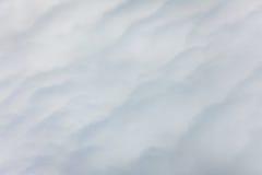 Fluffiga och mjuka moln som ses från över Arkivfoton