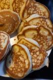 Fluffiga pannkakor på en platta royaltyfria foton