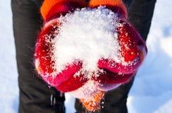 Fluffiga snowhåll i hans händer Fotografering för Bildbyråer
