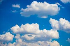 Fluffigt moln med blå himmel Arkivfoton
