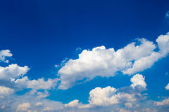 Fluffigt moln med blå himmel Arkivfoto