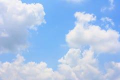 Fluffigt moln mot bakgrund för blå himmel royaltyfri bild