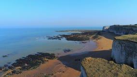 Flug über Botanik-Bucht mit seinen weißen Klippen in Kent stock video footage