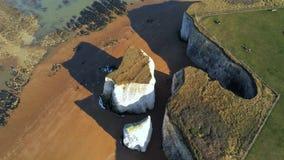 Flug über Botanik-Bucht mit seinen weißen Klippen in Kent stock footage