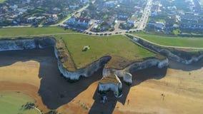 Flug über Botanik-Bucht mit seinen weißen Klippen in Kent stock video