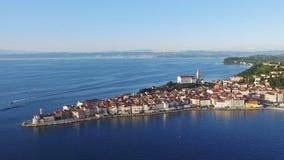 Flug über alter Stadt Piran in Slowenien, Luftpanoramablick mit alter Häuser, St- George` s Gemeinde-Kirche, Festung und dem Meer stock footage