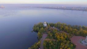 Flug über Christian Church in der klösterlichen Insel, Dnepr Stadt, Ukraine stock video footage
