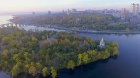 Flug über Christian Church in der klösterlichen Insel, Dnepr Stadt, Ukraine stock video