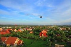 Flug über dem Dorf Stockfoto
