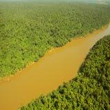 Flug über dem Dschungel durch Iguazu-Fluss Stockfotos