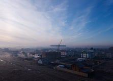 Flug über dem Feld im Nebel, kalter eisiger Morgen Lizenzfreie Stockfotografie
