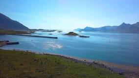 Flug über dem Fjord stock video