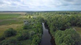 Flug über dem Fluss stock footage