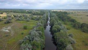 Flug über dem Fluss stock video