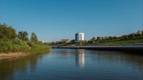 Flug über dem Fluss in der Stadt stock video footage