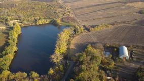Flug über dem kleinen See stock video footage