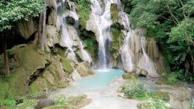 Flug über dem malerischen Wasserfall stock footage