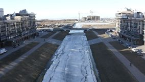 Flug über dem Matisov-Kanal in Richtung zum Finnischen Meerbusen angesichts des Baus von neuen Häusern stock video footage