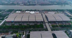 Flug über dem Pazhou-Ausstellungs-Komplex Internationale Ausstellung Bezirk-Messe Angemessene Ansicht China-Importes und -exports stock video footage
