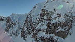 Flug über dem Schneeberg in Sochi stock video