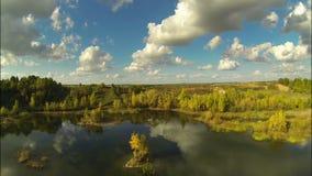 Flug über dem See im Herbst stock video