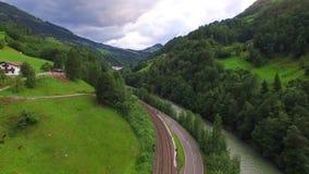Flug über den Alpen stock video footage