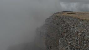 Flug über den Klippen des Randes der Hochebene im Nord-Kaukasus Die Grenze der Wolke auf dem Abgrund stock video footage