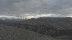 Flug über den Klippen des Randes der Hochebene im Nord-Kaukasus Die Grenze der Wolke auf dem Abgrund stock footage