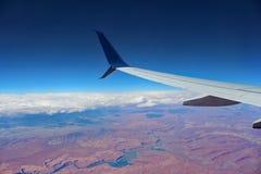 Flug über den Wolken und einem breiten Schlucht-Fluss Stockbilder