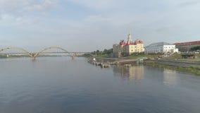 Flug über der Stadt von Rybinsk, Yaroslavl-Region Anblick von Rybinsk stock video