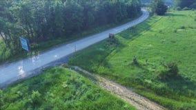 Flug über der Straße, die den Berg durchläuft stock video footage