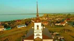 Flug über einer Dorfkirche stock footage