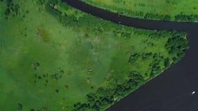 Flug über Fluss in den Wiesen stock footage