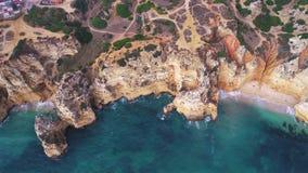 Flug über schönen Bergen nahe Ozeanufer stock footage