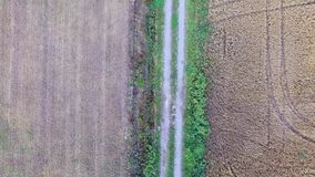 Flug über Schotterweg und Feldern stock footage
