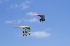 Flug auf Deltaflugzeug in einem blauen Himmel stockbilder