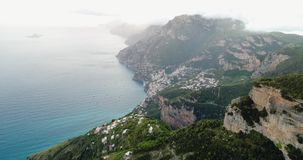Flug in den Bergen über Amalfi-Küste in Italien stock video