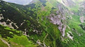 Flug in den Bergen nahe Gewont-Spitze stock video footage