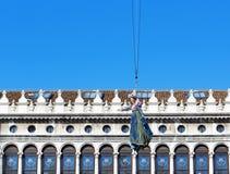 Flug der Taube vom Glockenturm von St Mark Stockfotos