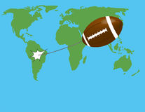 Flug des Balls auf der Weltkarte Stockfotografie