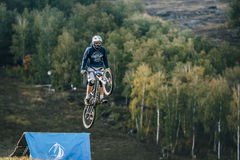 Flug des Reiters auf dem Fahrrad Stockfotos