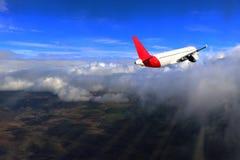 Flug durch Wolken, Strahlen der Sonne, Erde, unglaublich schöner Hintergrund stockfotografie