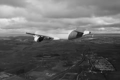 Flug durch Wolken, Wolken gesehen von einem Flugzeug, Sonnenschein, Bodenhintergrundschwarzweiß stockfotos
