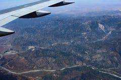 Flug-Durchläufe über dunklen Bergen Stockfoto