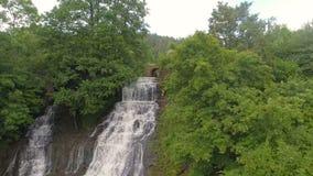 Flug entlang der Wasserfallvogelperspektive, die über hetzenden Wasserfall fliegt stock video footage