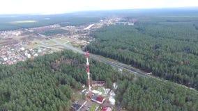 Flug herum über dem Landstraßenfernsehturm und -wald stock video footage